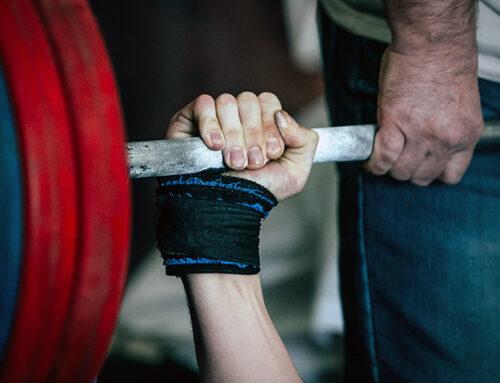 Жим штанги с груди стоя — упражнение для плеч